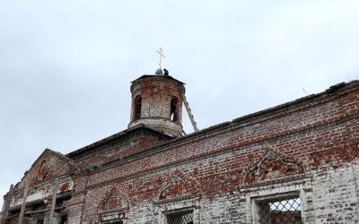 На возрождающемся Троицком  храме села Спирино района установлен крест